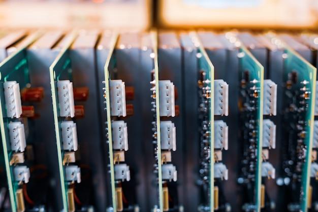 Grüne eingebettete mikroschaltungen in nahaufnahme werden in einer schachtel gestapelt, um sie für die weitere herstellung von geräten in der fabrik vorzubereiten
