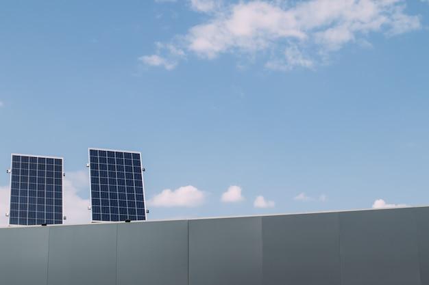 Grüne energie des solarzellenpanels auf hausdach im blauen himmel und im sonnenlicht
