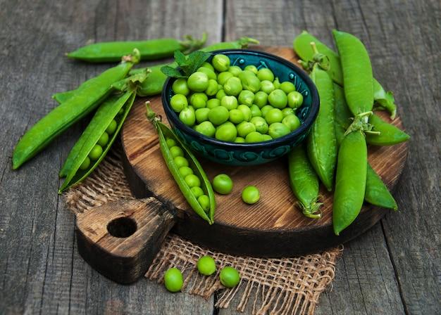 Grüne erbsen auf einem tisch