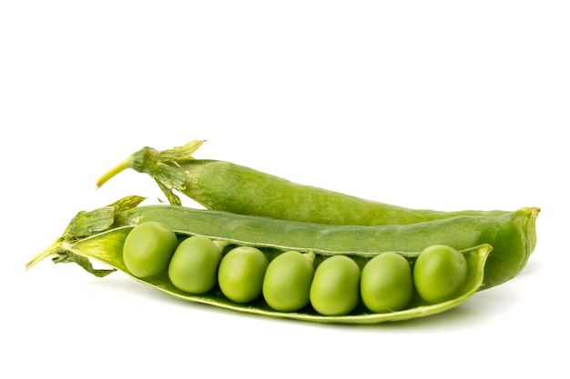 Grüne erbsen in einer schalen-nahaufnahme auf weiß. isoliert