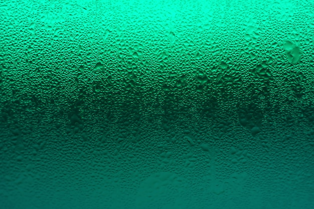 Grüne farbabstufung des getränkeglases mit kondensation für beschaffenheit