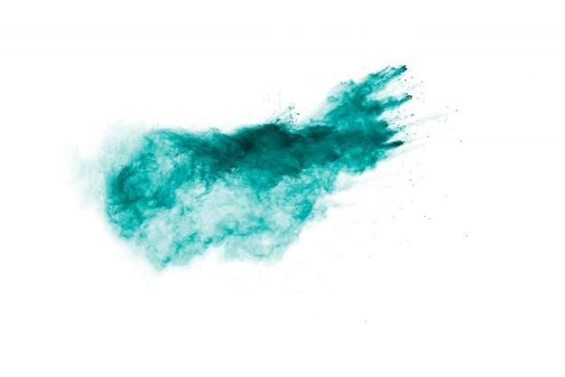 Grüne farbpulver-explosionswolke auf weißem hintergrund. grüner staub spritzt.
