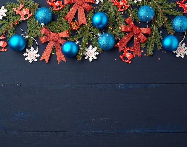Grüne fichtenzweige und weihnachtsblaue und rosa bälle