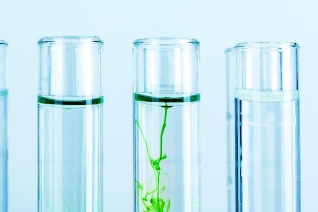Grüne flüssigkeiten in den reagenzgläsern im chemischen laborabschluß oben