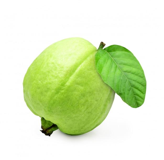 Grüne frische guavenfrucht lokalisiert auf weißem hintergrund