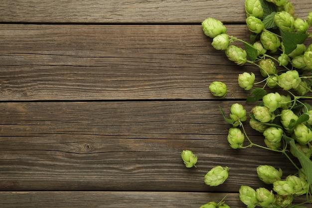 Grüne frische hopfenzapfen für die herstellung von bier und brot auf grauem hintergrund. ansicht von oben