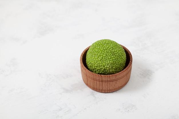 Grüne frucht von maclura pomifera adamsapfel osage oranger pferdeapfel zur salbenzubereitung