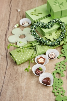Grüne frühlingsanordnung mit schokoladenpralinen