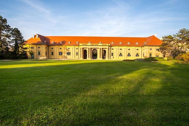 Grüne gärten im schlosshof des schlosses lednice in mähren, tschechische republik. unesco-weltkulturerbe.