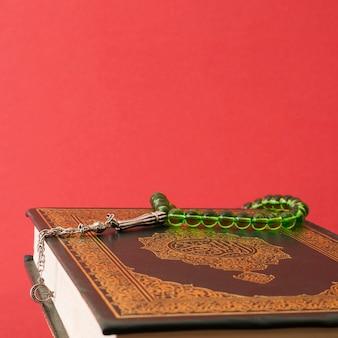 Grüne gebetskette auf koran