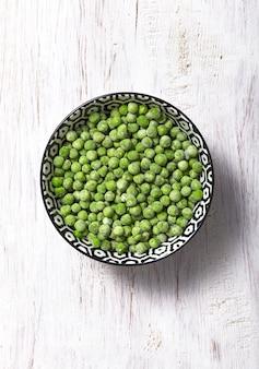 Grüne gefrorene erbsen