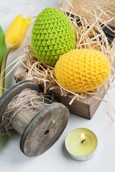 Grüne gelbe gehäkelte ostereier
