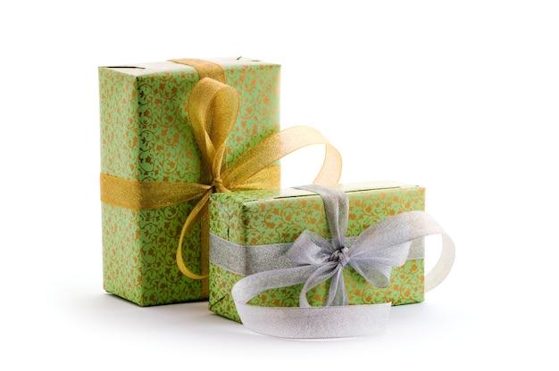 Grüne geschenkboxen mit gold- und silberband