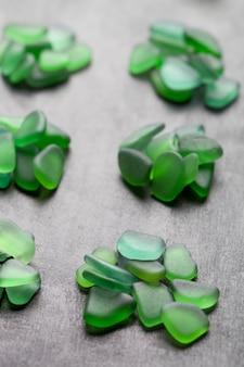 Grüne glasscheiben am meer poliert