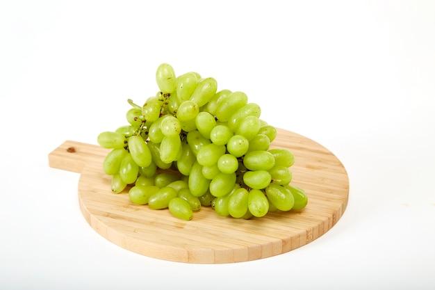 Grüne grapefruits ein hölzernes schneidebrett
