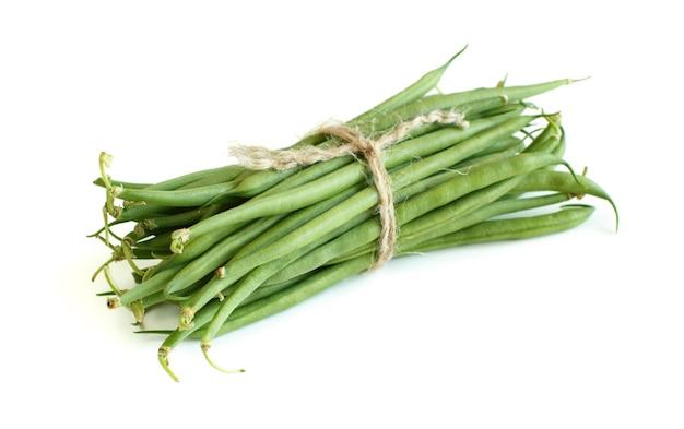 Grüne grüne bohnen lokalisiert auf einer weißen nahaufnahme