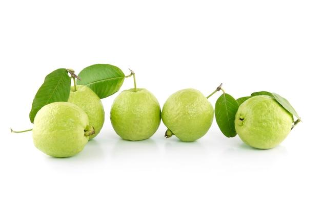 Grüne guavenfrucht lokalisiert auf dem weiß