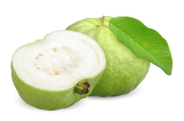 Grüne guavenfrucht und hälfte mit blatt lokalisiert auf weiß. guaven-beschneidungspfad