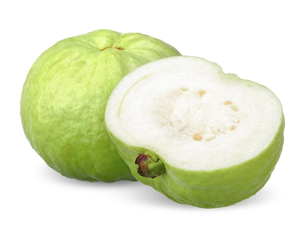 Grüne guavenfrucht und halb isoliert auf weiß