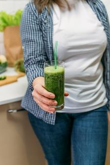 Grüne gurken-smoothies zur gewichtsreduktion