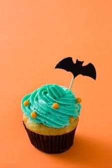 Grüne halloween-kleine kuchen auf orange
