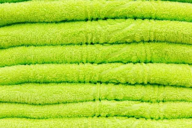 Grüne handtücher im hotel. textur der grünen handtücher