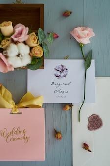 Grüne hochzeit zusammensetzung von hochzeitseinladungen, karten, briefen und ringen für braut und bräutigam.