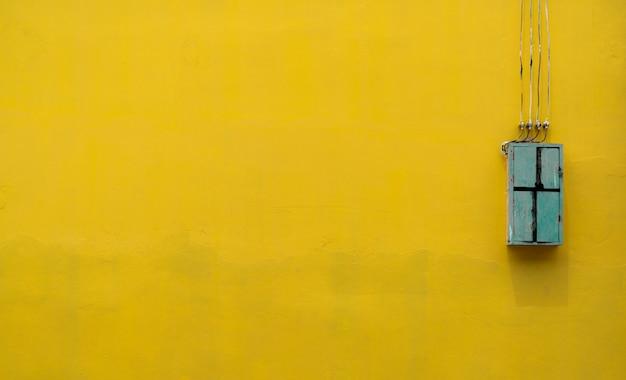Grüne holzkiste, ausrüstung der elektrischen steuerung in der fabrik auf gelb