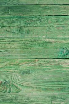 Grüne holzwand, im shabby-chic-stil gestrichen