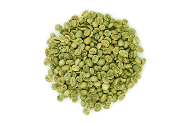 Grüne kaffeebohnen stapeln draufsicht lokalisiert auf weißem hintergrund.