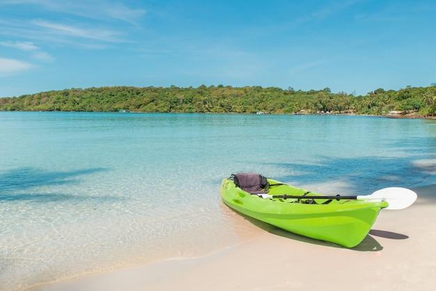 Grüne kajaks am tropischen strand in phuket, thailand. sommer-, ferien- und reisekonzept.