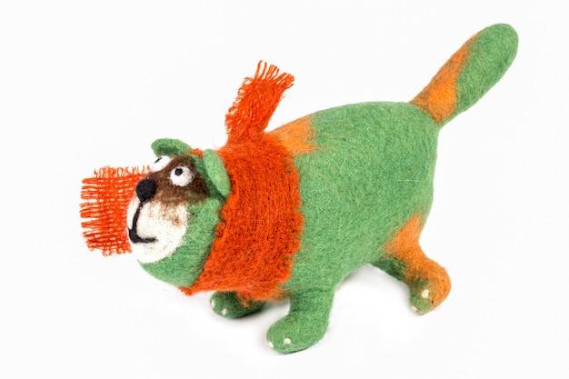 Grüne katze - stofftier aus gefilzter wolle