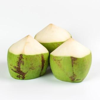 Grüne kokosnuss auf weißem hintergrund.