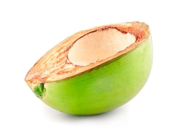 Grüne kokosnuss mit wassertropfen isoliert
