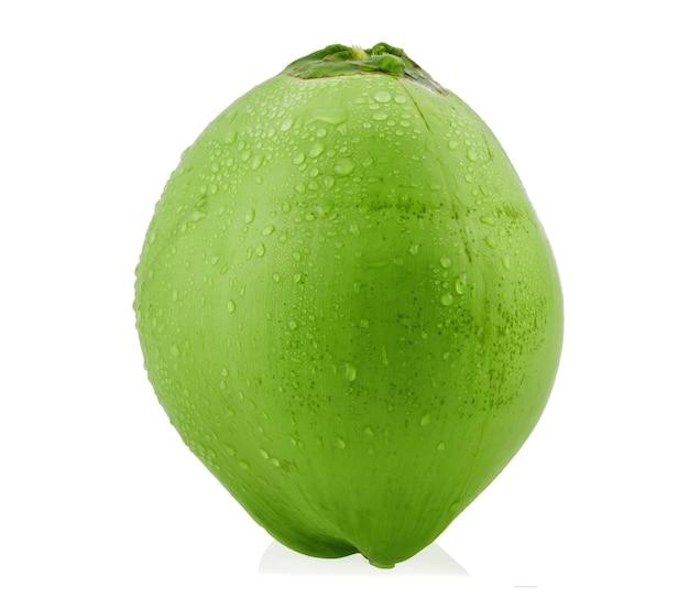 Grüne kokosnuss mit wassertropfen isoliert.