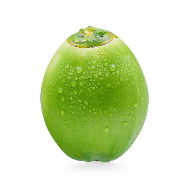 Grüne kokosnuss mit wassertropfen lokalisiert auf weißem hintergrund.