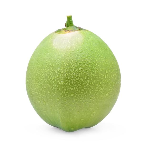 Grüne kokosnuss mit wassertropfen lokalisiert auf weißem hintergrund