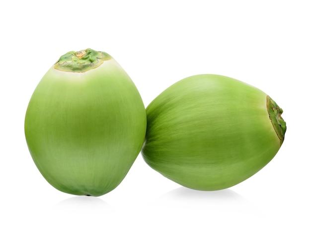 Grüne kokosnussfrucht lokalisiert auf weißem hintergrund