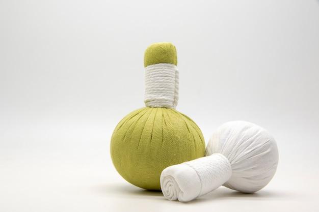 Grüne kompressenkugel und weiße kompressenkugel