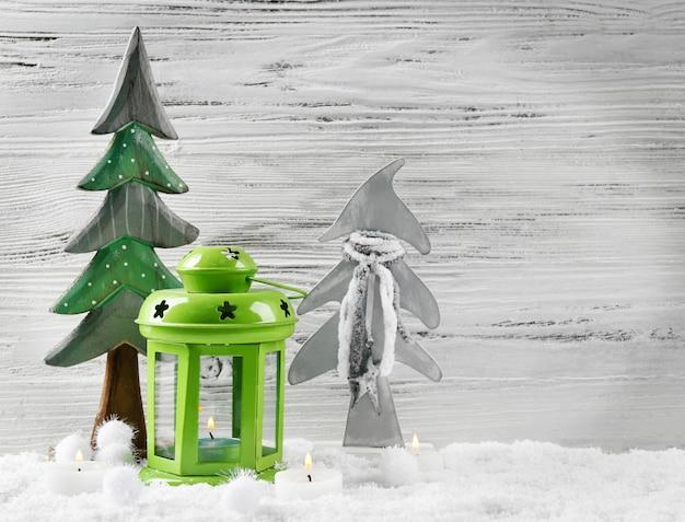 Grüne lampe, tannen, kerzen im schnee