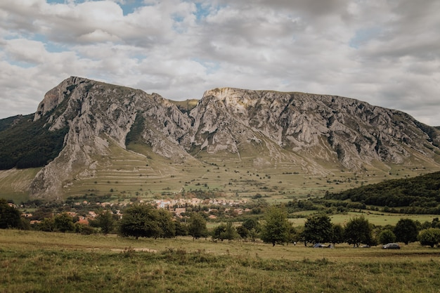 Grüne landschaft des berges piatra secuiului szekelyko in rumänien