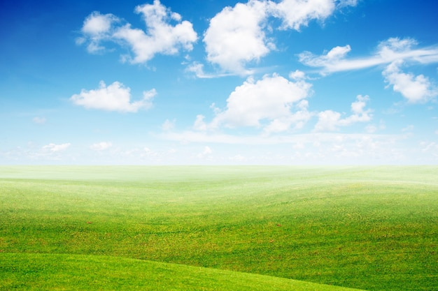 Grüne landschaft und blauer himmel mit wolkenhintergrund