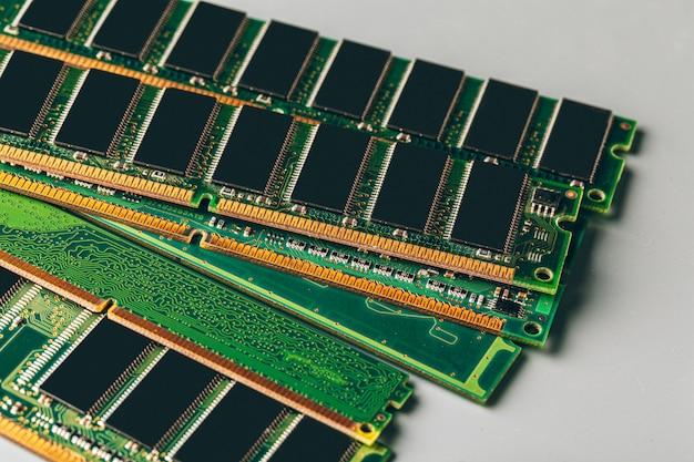 Grüne leiterplatte eines computerabschlusses oben