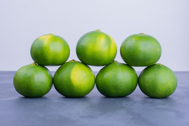 Grüne mandarinen auf blau.