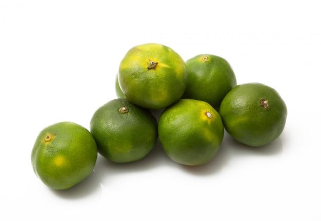 Grüne mandarinen auf weißem hintergrund