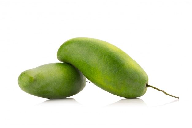 Grüne mango lokalisiert auf einem weißen hintergrund