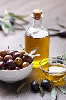 Grüne marinierte oliven
