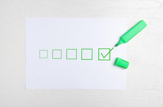 Grüne markierung mit kontrollkästchen in der checkliste.