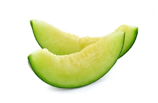 Grüne melone in scheiben schneiden isoliert