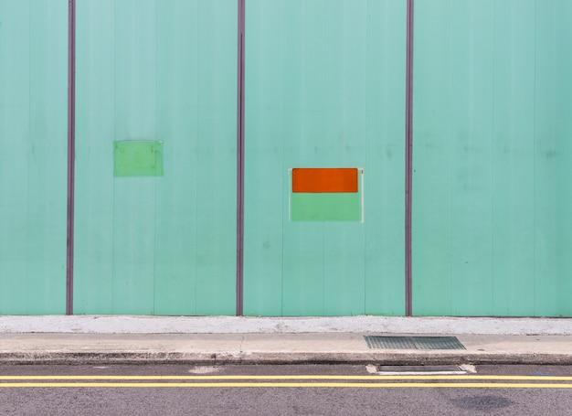 Grüne metallwand zum schutz.